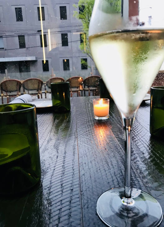 louies-wine-dive-white-wine
